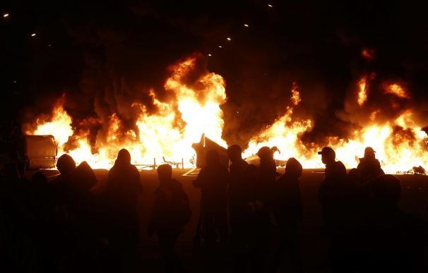 Contenedores ardiendo tras la manifestación de hoy viernes en Barcelona, tras la cuarta noche de protestas por la detención del rapero Pablo Hasél