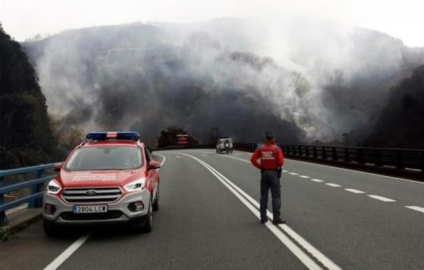 Los bomberos de la localidad navarra de Bera ven complicado que el incendio forestal declarado en la zona llegue a controlarse este sábado debido sobre todo al fuerte viento que se registra en el lugar.