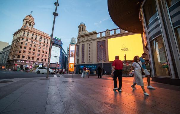Varias personas pasean por la Plaza Callao de Madrid durante el primer fin de semana de fase 1 de desescalada por la pandemia de coronavirus COVID19. En Madrid, España, a 29 de mayo de 2020. Joaquin Corchero / Europa Press (Foto de ARCHIVO) 29/5/2020