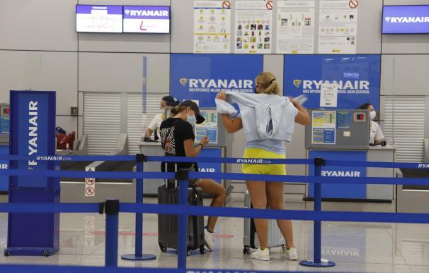 Dos pasajeros esperan frente a los mostradores de Ryanair en el verano de 2020 en Palma de Mallorca.