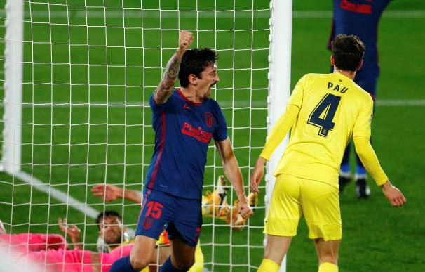 El defensa Savic celebra el gol que ha abierto el marcador frente al Villarreal.