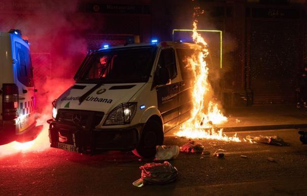 Queman una furgoneta de la Guardia Urbana de Barcelona durante la manifestación de Barcelona en apoyo a Pablo Hasel.