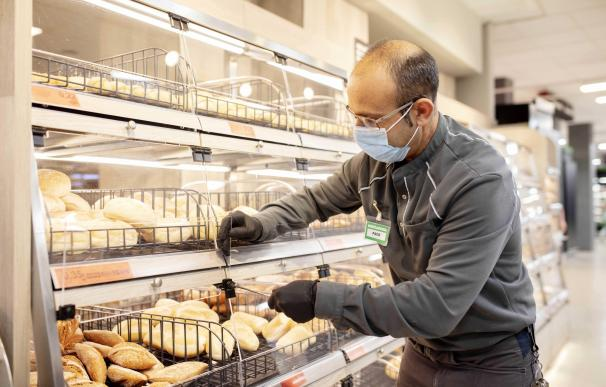 Trabajador de Mercadona en un supermercado de Valencia MERCADONA 1/3/2021