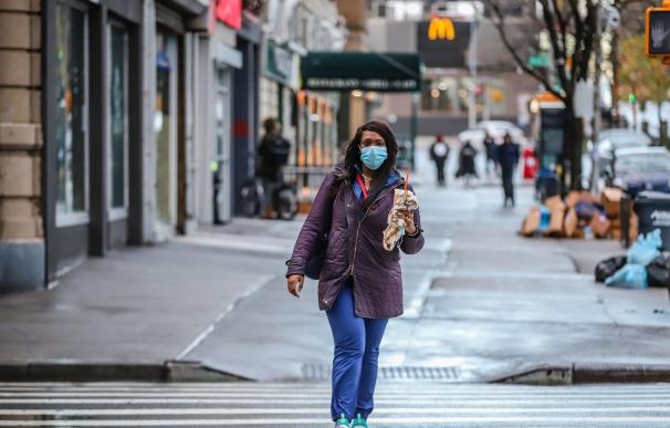 13 April 2020, US, New York: A woman wears a protective mask as she walks across a street, amid the coronavirus (COVID-19) pandemic. Photo: Vanessa Carvalho/ZUMA Wire/dpa (Foto de ARCHIVO) 13/4/2020 ONLY FOR USE IN SPAIN