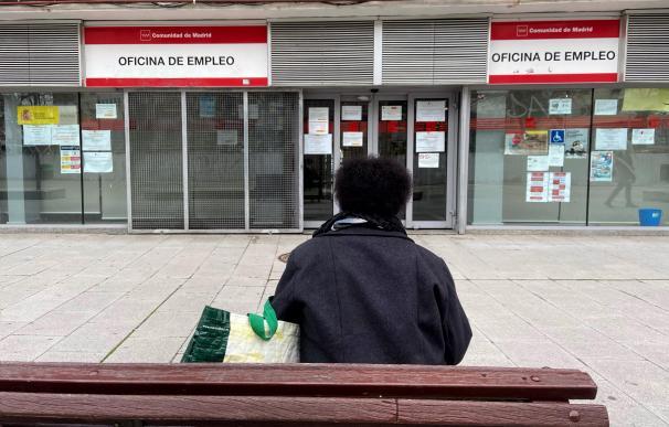 Una persona espera en las inmediaciones de una Oficina de Empleo ubicada en Alcorcón, Madrid.