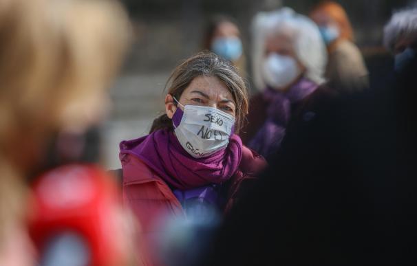 Una mujer durante una concentración del Movimiento Feminista de Madrid en las inmediaciones del Monumento de la Constitución.