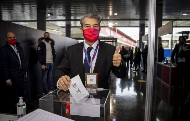 El candidato Joan Laporta, votando en la jornada de elecciones presidenciales del FC Barcelona.