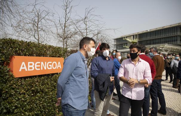 Los trabajadores de Abengoa durante la concentración convocada en Palmas Altas para reclamar la continuidad de sus puestos de trabajo.
