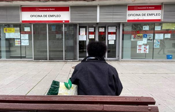 """Una persona espera en las inmediaciones de una Oficina de Empleo ubicada en Alcorcón, Madrid, (España), a 2 de marzo de 2021. La jornada de hoy destaca por los datos registrados por el Ministerio de Trabajo, que expone que el número de parados registrados en las oficinas de los servicios públicos de empleo subió en 44.436 desempleados en febrero (+1,1%), su mayor alza en este mes desde el año 2013, cuando se incrementó en 59.444 personas. El repunte del desempleo ha sido atribuido al """"fuerte impacto"""" de la tercera ola de la pandemia y a las """"severas restricciones"""" que se han impuesto para frenarla. 02 MARZO 2021;EMPLEO;OFICINA DE EMPLEO;PARO;ECONOMÍA;TRABAJO;INGRESOS Eduardo Parra / Europa Press 2/3/2021"""