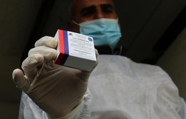 17 February 2021, Palestinian Territories, Rafah: A Palestinian health worker holds a pack of the Sputnik V COVID-19 vaccine. The Gaza Strip received its first batch of the Sputnik V COVID-19 vaccine on Wednesday. Photo: Ashraf Amra/APA Images via ZUMA Wire/dpa Ashraf Amra / APA Images via ZUMA / DPA 17/2/2021 ONLY FOR USE IN SPAIN