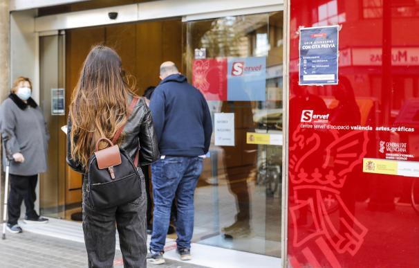 Varias personas esperan acceder a una oficina del Sepe en pleno bloqueo del sistema.