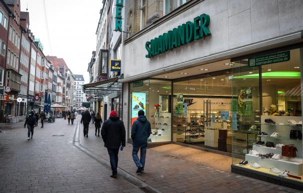 Bremen (Germany), 09/03/2021.- Pedestrians walk on a main shopping street in the city centre of Bremen, northern Germany, 09 March 2021. Lockdown measures to lower the number of cases of the COVID-19 disease caused by the SARS-CoV-2 coronavirus are eased so that bookshops and garden centers may open again. Wherever the case rate in seven days on 100,000 inhabitants falls below 100, customers may visit other shops on appointment. (Abierto, Alemania) EFE/EPA/FOCKE STRANGMANN