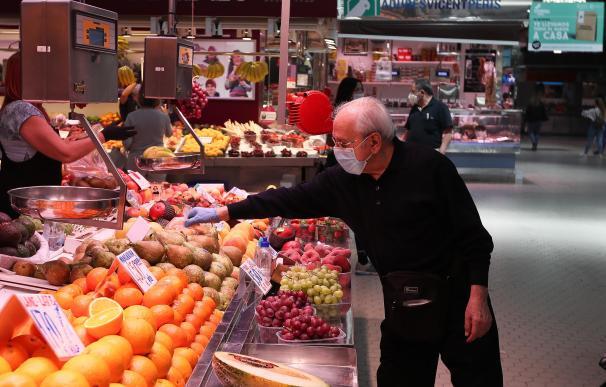 Un cliente señala la pieza de fruta que quiere en una frutería del Mercado Central de Valencia después de que el Ministerio de Sanidad autorizara a que la totalidad de la Comunidad Valenciana pasase en su conjunto a la fase 1 de la desescalada, en Valencia/Comunidad Valenciana (España) a 18 de mayo de 2020. 18 MAYO 2020 COVID-19;DESESCALADA;CORONAVIRUS;PANDEMIA;ENFERMEDAD Iván Terrón / Europa Press (Foto de ARCHIVO) 15/3/2020
