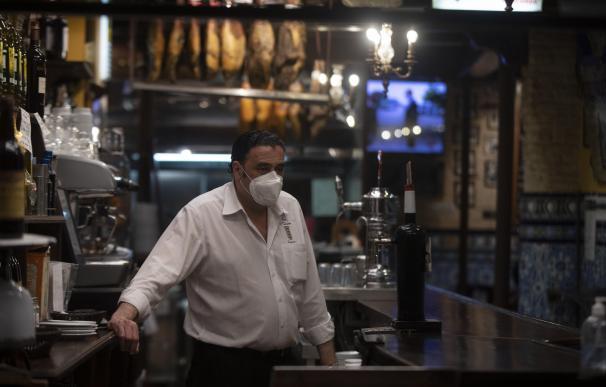 Un camarero en la barra de un bar. Andalucía amplía hasta las 21.30 horas la apertura de hostelería y comercio en municipios con nivel 2 de alerta. En Sevilla (Andalucía, España), a 05 de marzo de 2021. María José López / Europa Press 5/3/2021