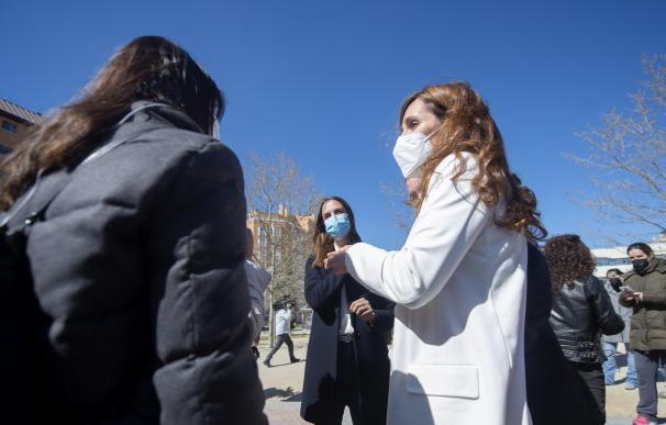 La líder regional de Más Madrid, Mónica García (d), conversa durante su visita al PAU de Vallecas, en Madrid (España), a 17 de marzo de 2021. Durante la visita, ambas han mantenido una reunión con la Asociación de Vecinos PAU de Vallecas y han visitado la parcela donde se iba a edificar un centro de salud para ese barrio. 17 MARZO 2021;PAU;VALLECAS;MÁS MADRID;RITA MAESTRE;MÓNICA GARCÍA;COMUNIDAD DE MADRID;ELECCIONES Alberto Ortega / Europa Press 17/3/2021