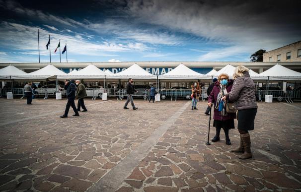 Varias personas de avanzada edad esperan ser vacunadas en Nápoles el día que Italia canceló la vacunación con Astrazeneca.