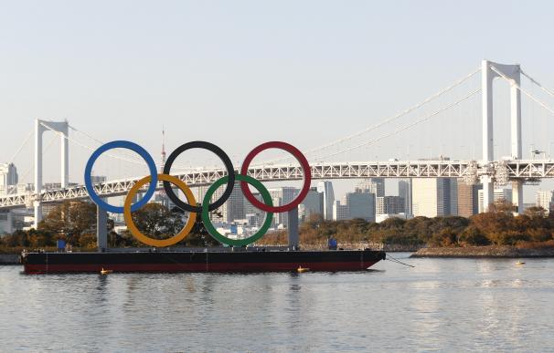 Imagen de la ciudad de Tokio con los anillos olímpicos.