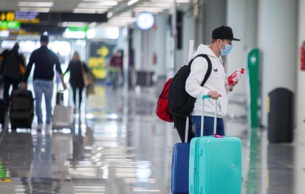 Un turista procedente de Alemania desembarca en el aeropuerto de Palma.