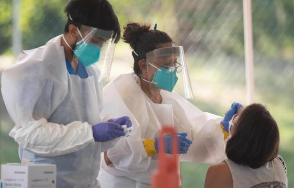 15 July 2020, US, Austin: Health workers perform a free coronavirus (COVID-19) tests to Austin residents in a public park. Photo: Bob Daemmrich/ZUMA Wire/dpa (Foto de ARCHIVO) 15/7/2020 ONLY FOR USE IN SPAIN