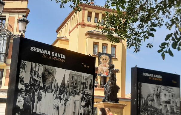 Varios carteles recordando la Semana Santa del pasado en el puente de Triana, en Sevilla.
