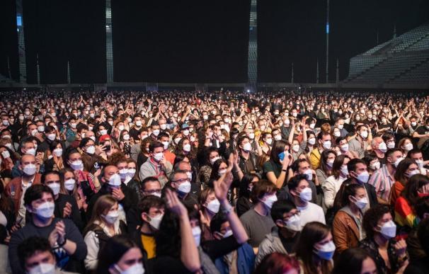 Unas 5.000 personas asisten al concierto de Love of Lesbian en el Palau Sant Jordi de Barcelona.