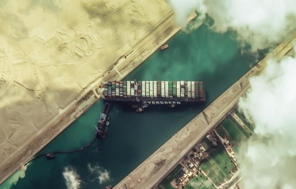 Vista de satélite del barco Ever Given en el Canal de Suez.
