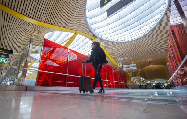 Una pasajera desplaza su maleta por las instalaciones de la T4 del Aeropuerto Adolfo Suárez Madrid-Barajas, en Madrid (España), a 26 de marzo de 2021. Un total de 4.818 efectivos de las Fuerzas y Cuerpos de Seguridad del Estado (FCSE) se desplegarán esta Semana Santa en la Comunidad de Madrid para realizar las labores de seguridad vial, vigilancia aeroportuaria y controles de movilidad en cumplimiento del cierre perimetral en vigor desde hoy viernes, según datos avanzados a Europa Press por la Delegación del Gobierno en Madrid. 26 MARZO 2021;CONTROL ATOCHA;SEMANA SANTA;CONTROL PERIMETRAL;MADRID; Alberto Ortega / Europa Press 26/3/2021