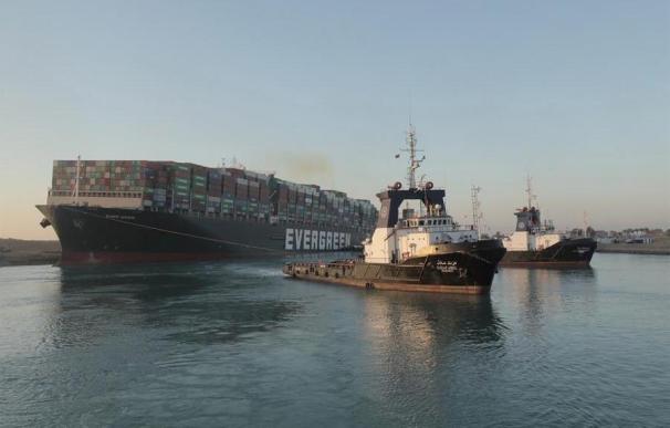 Un remolcador logra tirar del buque que bloquea el Canal de Suez