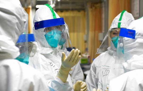 Una enfermera de la unidad de cuidados intensivos explica a sus compañeros de equipo las medidas de seguridad a seguir contra el coronavirus, en China, a 1 de febrero de 2020. 01/02/2020;HOSPITAL;CORONAVIRUS;WUHAN Xinhua (Foto de ARCHIVO) 1/2/2020 ONLY FOR USE IN SPAIN