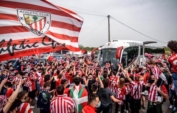 Aficionados se concentran ante las instalaciones de Lezama para despedir al Athletic Club de Bilbao, que parten a la final de la Copa del Rey.