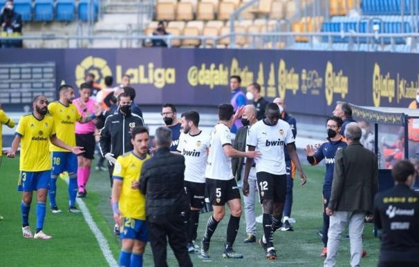 El partido Valencia-Cádiz estuvo parado este sábado durante media hora por un enfrentamiento entre Diakhaby y Cala.