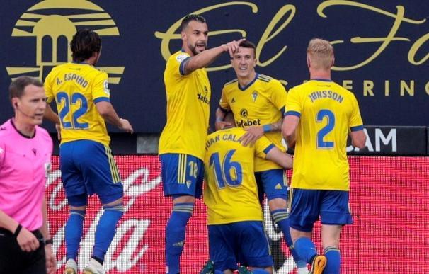 Los jugadores del Cádiz CF celebran el primer gol marcado por Juan Cala (c), durante el partido de Liga en Primera División contra el Valencia.