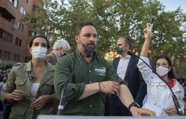 El presidente de Vox y director de campaña, Santiago Abascal, y la candidata a la Presidencia de la Comunidad de Madrid, Rocío Monasterio (i), presentan la candidatura para las próximas elecciones del 4 M, en Vallecas, a 7 de abril de 2021.