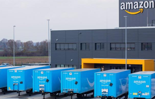 08/12/2020 08 December 2020, North Rhine-Westphalia, Moenchengladbach: Trucks bearing the Amazon logo stand in front of a logistics centre of the mail-order company Amazon. Photo: Rolf Vennenbernd/dpa ECONOMIA INTERNACIONAL Rolf Vennenbernd/dpa