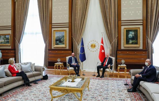 Tayyip Erdogan, presidente de Turquía, y su ministro de Exteriores, Mevlut Cavusoglu reciben al presidente del Consejo Europeo, Charles Michel y a la presidenta de la Comisión Europea, Ursula Von der Leyen.
