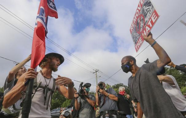 Un enfrentamiento entre supremacistas blancos y contramanifestantes antirracistas en Stone Mountain.
