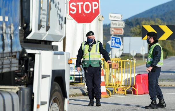 Agentes de policía trabajan en un control en un punto fronterizo entre Portugal y España, a 5 de abril de abril de 2021, en Zarza la Mayor, Cáceres, (España). En el dispositivo, puesto en marcha entre los puntos de Monfortinho (Portugal) y Zarza la Mayor (Cáceres, España), agentes de la Guardia Nacional Republicana (GNR) y oficiales portugueses de Fronteras e Inmigración, controlan la circulación de vehículos con motivo de las restricciones impuestas que prohíben cruzar al país luso. Estas restricciones, que en un principio iban a finalizar el 6 de abril, se extenderán hasta el próximo día 19 de abril, ya que según indican desde el país vecino, esta medida ha conseguido frenar en gran medida el aumento de los contagios. 05 ABRIL 2021;PORTUGAL;ESPAÑA;FRONTERIZO;CONTROL;19 DE ABRIL Gustavo Valiente / Europa Press 5/4/2021