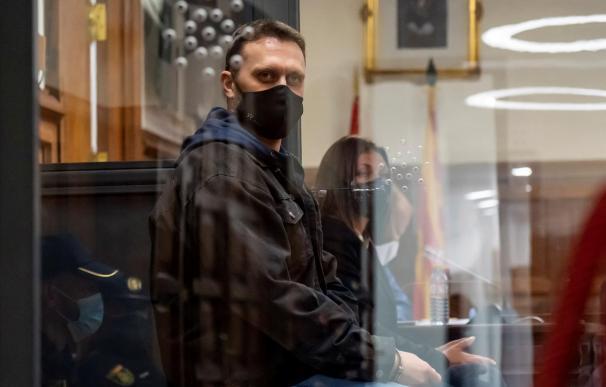 Igor el Ruso miraba fijamente mientras leían su veredicto