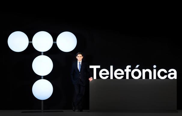 El presidente ejecutivo de Telefónica junto a la nueva imagen de marca presentada en la junta general.