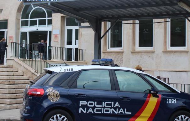 Un coche de Policía junto al hospital Bola Azul de Almería POLICÍA NACIONAL 27/4/2021