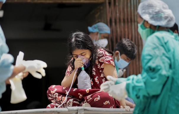 Niña recibe oxígeno en hospital India