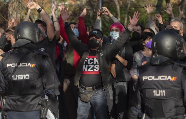 Varias personas participan en la concentración convocada en Vallecas contra Vox, a 7 de abril de 2021, en la Plaza de la Constitución de Vallecas.