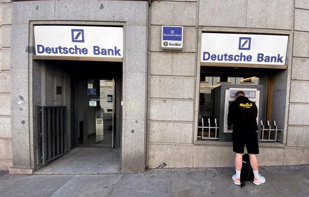 Un hombre retira dinero de un cajero Deutsche Bank, tras el incremento del 12,9% en la Bolsa de Fráncofort, lo que equivale a 9,33 euros por acción, la gestora estadounidense Capital Group se convierte en el tercer accionista alcanzando una participación del 3,10% en el banco, en Madrid (España), a 07 de febrero de 2020. 07 febrero 2020 Eduardo Parra / Europa Press (Foto de ARCHIVO) 7/2/2020