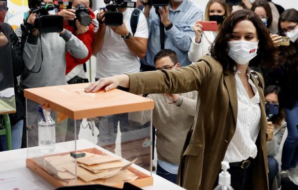 Isabel Díaz Ayuso ejerce su derecho al voto en el colegio La Inmacualada-Marillac, en Madrid.