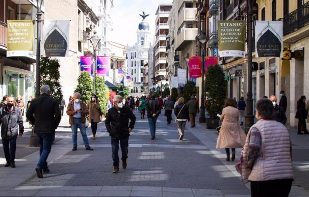 Gente camina por la calle Santiago de Valladolid. SALUD CASTILLA Y LEÓN ESPAÑA EUROPA VALLADOLID
