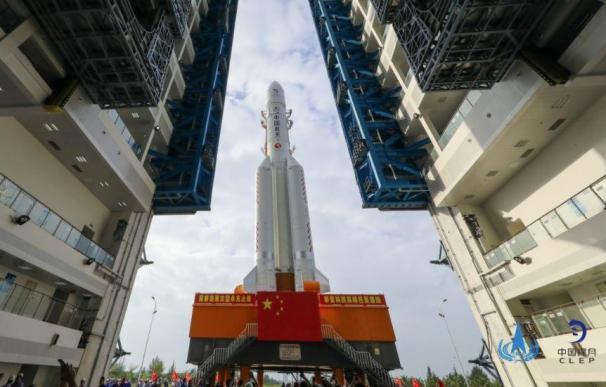 El cohete portador Larga Marcha 5 es transportado al sitio de lanzamiento en China.