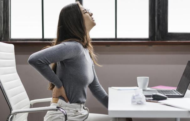 Joven con dolor de espaldas a causa del teletrabajo