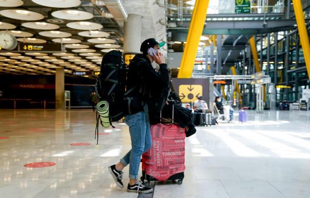 Un chico con el equipaje en la T4 del aeropuerto Adolfo Suárez, Madrid-Barajas durante el primer día laboral tras el estado de alarma, a 10 de mayo de 2021, en Madrid (España). Tras el fin del segundo estado de alarma, que tuvo lugar ayer domingo 9 de mayo, la Comunidad de Madrid ha eliminado el cierre perimetral y el toque de queda, pero mantiene las limitaciones en zonas básicas de salud y retrasa los cierres: los comerciales a las 23:00 y hostelería a las 00:00 horas. Por otra parte, la Consejería de Sanidad recomienda que la participación en agrupaciones de personas para el desarrollo de cualquier actividad o evento de carácter familiar, social o lúdico, tanto en la vía pública como en espacios públicos, se limite a un número máximo de seis personas salvo que se trate de convivientes. En Madrid se mantiene además la obligatoriedad del uso de mascarilla. 10 MAYO 2021;VIAJES;AEROPUERTO;FIN ESTADO DE ALARMA;PANDEMIA;CORONAVIRUS A. Pérez Meca / Europa Press 10/5/2021