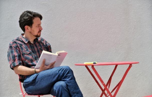 El exsecretario general de Podemos, Pablo Iglesias, lee un libro tras cortarse el pelo y dejar atrás su icónica coleta. DANI GAGO