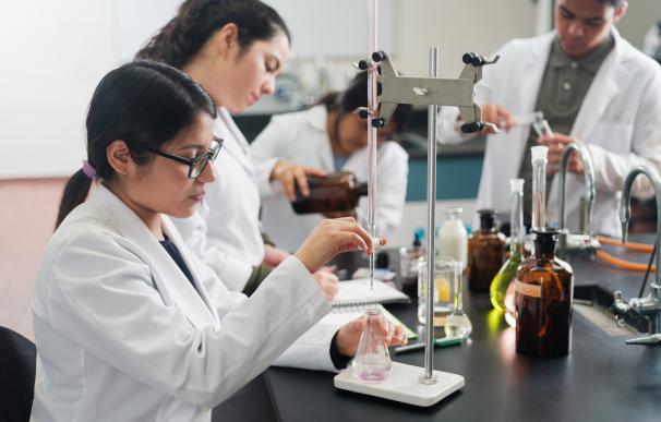 Estudiantes de un ciclo formativo de FP en un laboratorio.